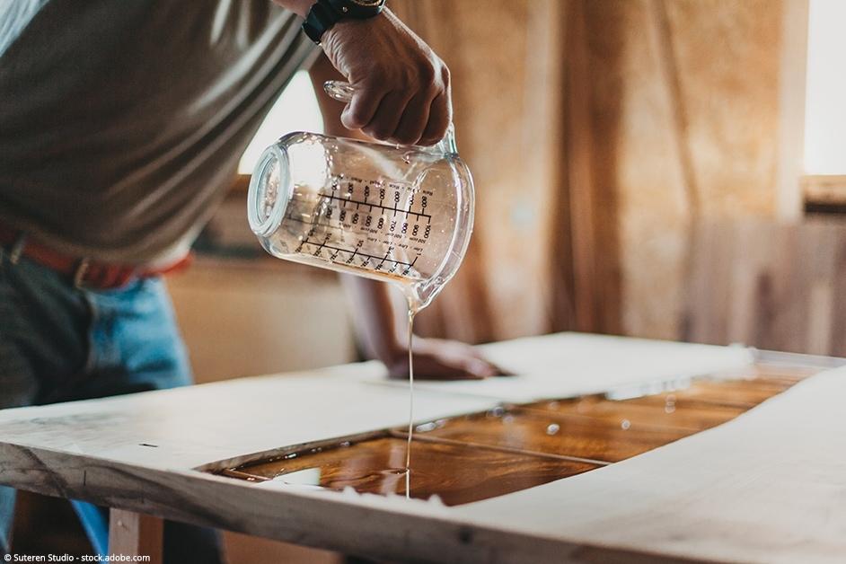 lavorazione tavolo in legno con inserto in resina epossidica
