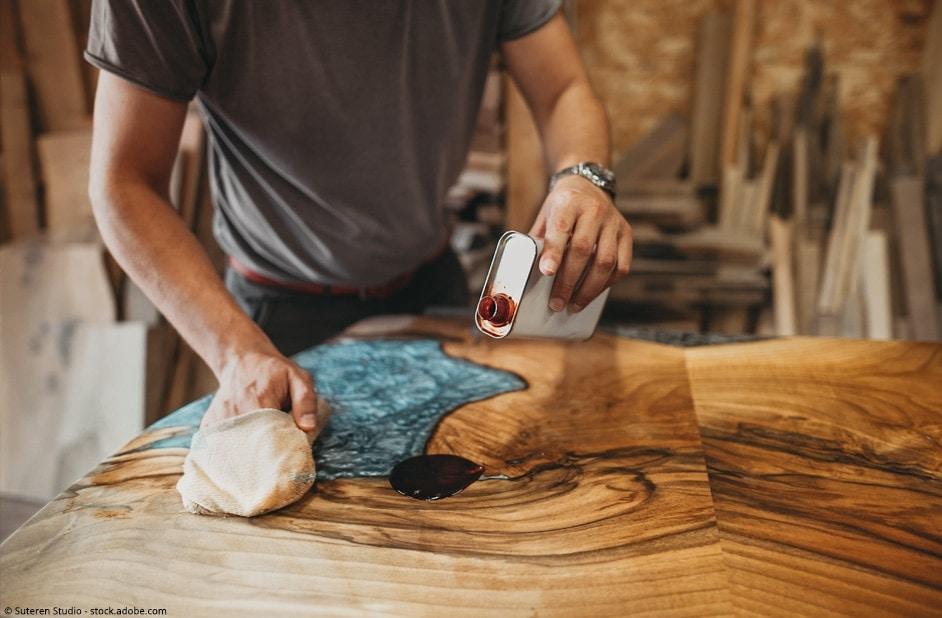 lavorazione tavolo in legno e resina epossidica