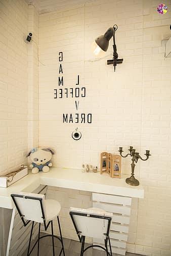 Passione decorazione: come gli adesivi murali possono donare carattere e personalità ad un ambiente - image adesivi-lettering-beautiful-cafe-bookshelf-chair-table-thumbnail on http://www.designedoo.it