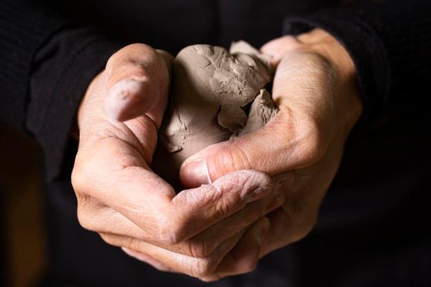 Requisiti e prestazioni dei rivestimenti in ceramica - image rivestimenti-argilla-close-up-clay-pottery_23-2148643285 on http://www.designedoo.it