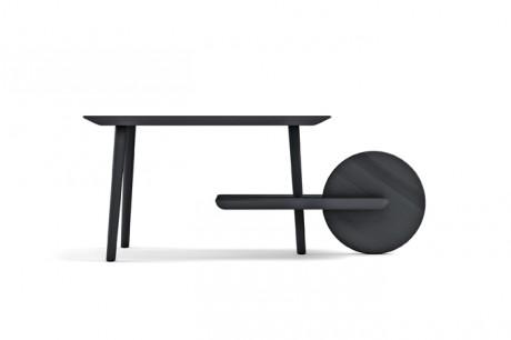 Arredamento di design e cantiere - image Il-tavolo-DOT-%C3%A8-realizzato-in-legno-massello-di-frassino-e-poggia-su-tre-gambe.-Il-quarto-support-invece-%C3%A8-rappresentato-da-una-ruota on http://www.designedoo.it