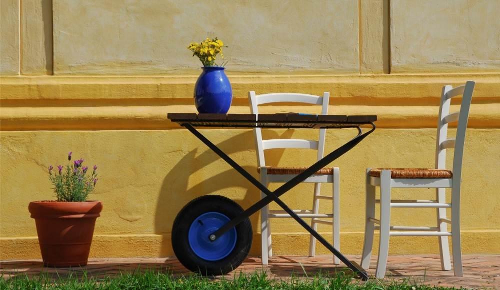 Arredamento di design e cantiere - image TavolinoMono-impostato-su-una-struttura-derivata-dalla-carriola-%C3%A8-il-tavolino-facile-da-spostare-ideato-dallarcheologo-Dario-Rose on http://www.designedoo.it