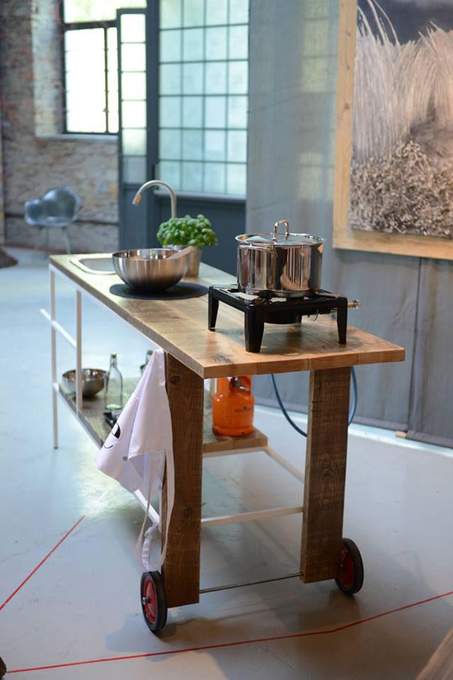 Arredamento di design e cantiere - image si-chiama-carriola-il-tavolo-realizzato-dal-collettivo-FM57100-attivo-a-Livorno-realizzato-con-tutti-materiali-di-recupero on http://www.designedoo.it